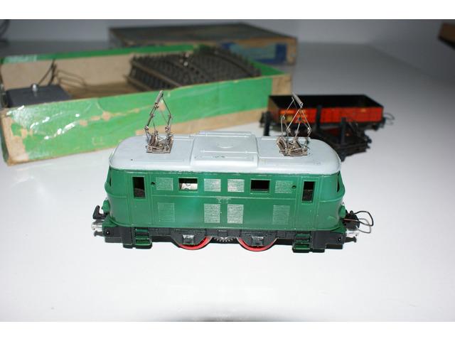 Vláček, vagóny a kolejivo s krabicí rok 1962